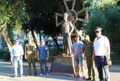 Казаки ГКО «Астраханское» возложили цветы к памятнику предкам
