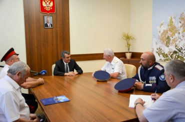 Губернатор Севастополя встретился с участниками конного перехода, посвященного 70-летию Великой Победы