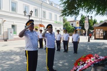 Казаки возложили венок к памятнику казаку-герою