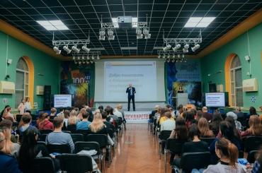 Сотни астраханских старшеклассников посетили день открытых дверей в АГУ