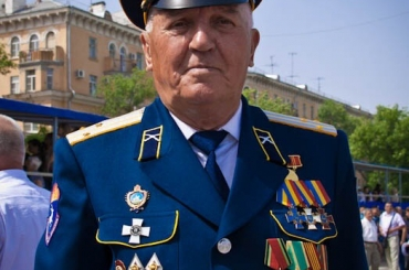 Атаман Константин Маркелов поздравляет с днём рождения председателя совета стариков Геннадия Корнеевича Нетребу