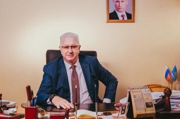 Ректор АГУ Константин Маркелов поздравляет мужчин с Днём защитника Отечества
